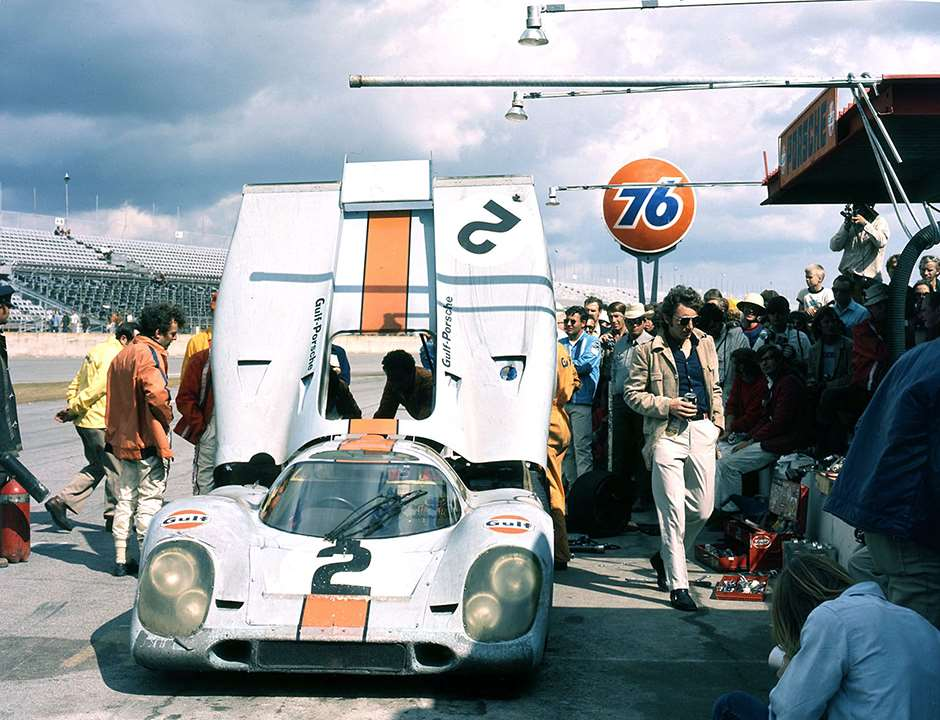 Gulf-JW Porsche 917 Daytona pit stop - Jackie Oliver looking on (left -  Gulf orange jacket)