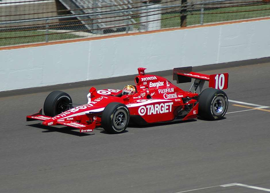 Dan Wheldon IndyCar Ganassi By Carey Akin - Flickr, CC BY-SA 2.0, https://commons.wikimedia.org/w/index.php?curid=2199695